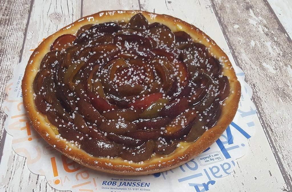 Verse pruimenvlaai heerlijk zomerfruit, bakkerij rob janssen, elsloo, zuid limburg