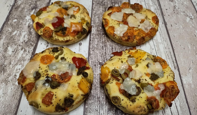 foccacia , italiaans desem, tomaatjes, olijven formagio